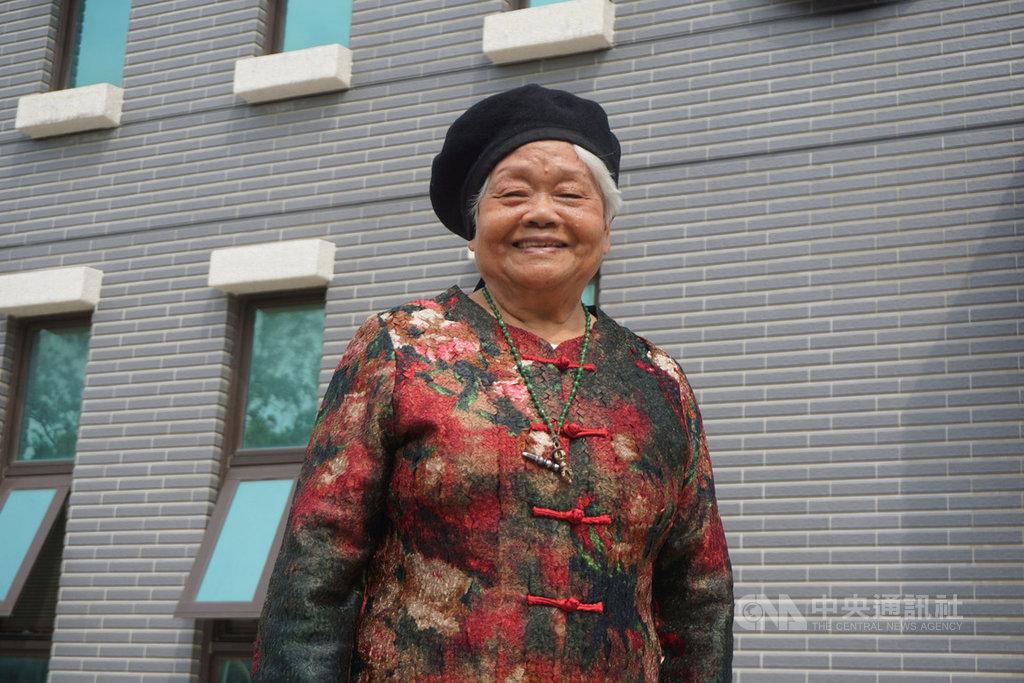 80歲的金門女兒陳素民(圖),走過戰亂與人生低谷卻活得精彩亮麗,獲得第4屆金門文化獎。她說「感謝金門,感謝這個時代帶給我的機運。」中央社記者黃慧敏攝  108年4月23日