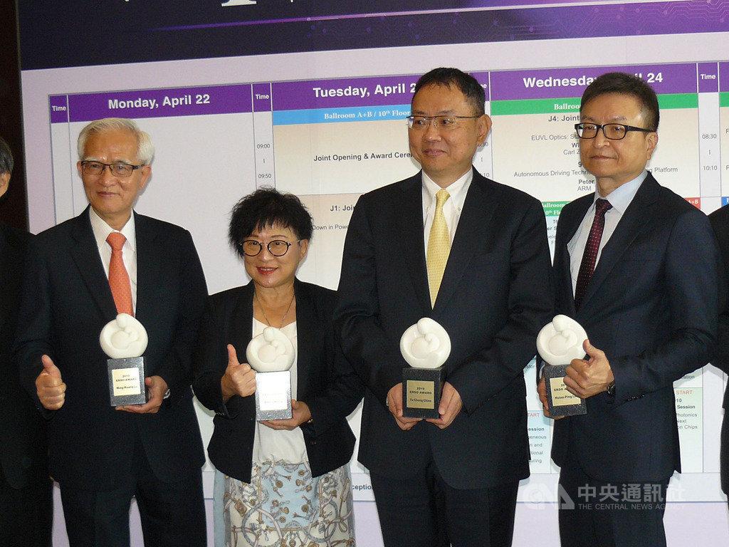 國際超大型積體電路技術研討會23日在新竹國賓飯店舉辦,包括中美晶董事長盧明光(左)與華邦電董事長焦佑鈞(右2)及M31董事長林孝平(右)會中獲頒ERSO Award,肯定他們對半導體與資通訊產業的貢獻。中央社記者張建中攝 108年4月23日
