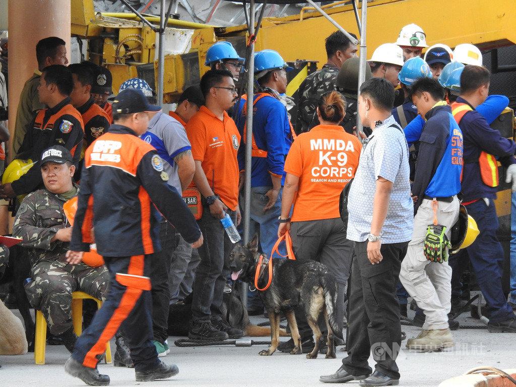 菲律賓呂宋島22日發生規模6.1強震,首都馬尼拉北方波拉克鎮商場倒塌,目前受困人數不明,當局出動救難人員和搜救犬持續搜救。中央社記者陳妍君波拉克攝  108年4月23日
