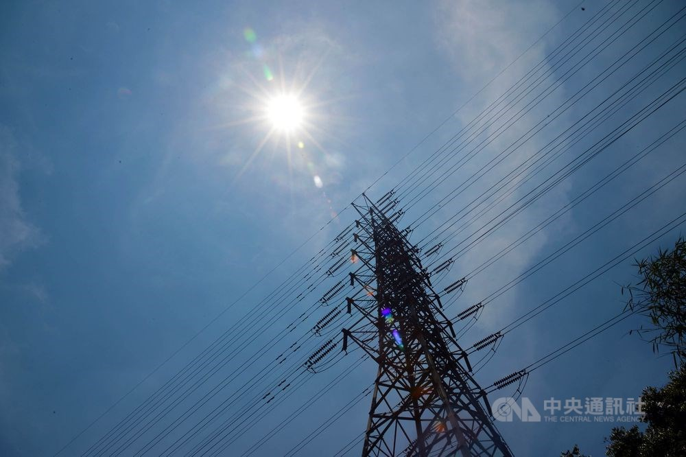全台多縣市24日最高氣溫都達30度以上,用電量也再創新高。(中央社檔案照片)