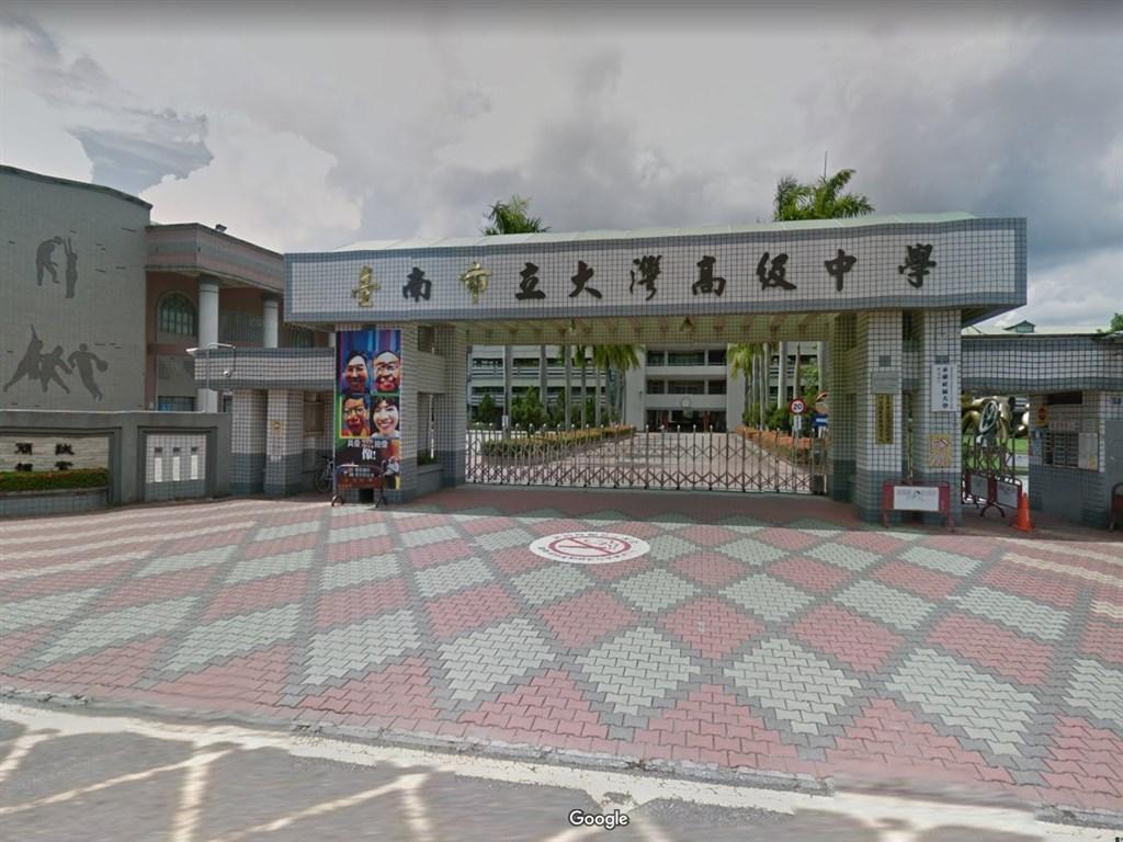 台南市立大灣高中從23日傍晚至24日陸續有151名師生出現嘔吐、腹瀉等狀況。(圖取自Google地圖網頁google.com/maps)