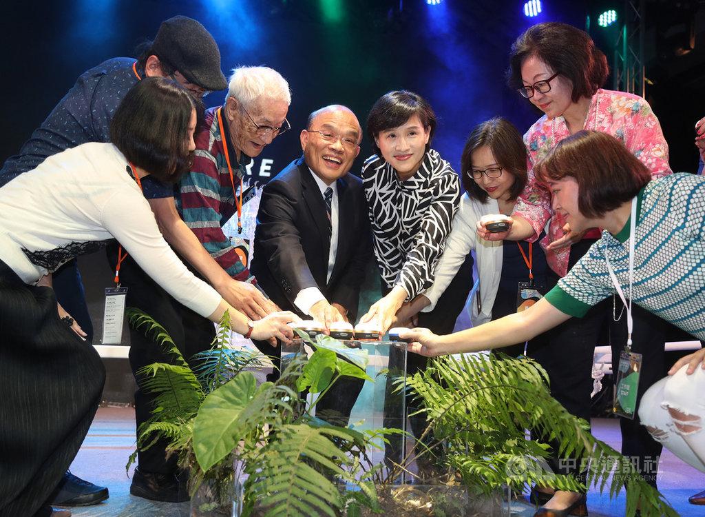 行政院長蘇貞昌(左4)、文化部長鄭麗君(右4)24日在台北出席2019台灣文化創意設計博覽會開幕典禮,與來賓共同為文博會揭開序幕。中央社記者張皓安攝 108年4月24日