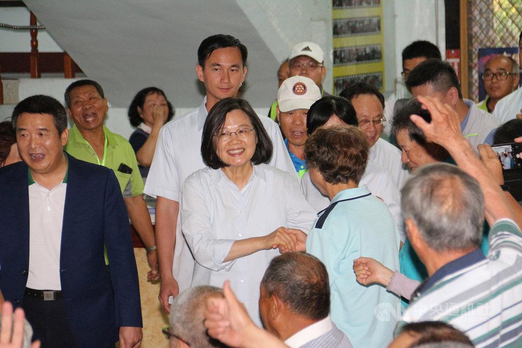 總統蔡英文(前左2)24日到苗栗縣與鄉親座談,說明執政近3年來成果,並表示「若能有完整8年,台灣必定脫胎換骨」,希望鄉親繼續支持她為國家做事。中央社記者管瑞平攝 108年4月24日