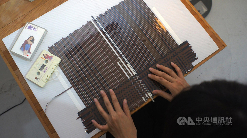 被時代淘汰的卡帶總難逃被丟棄的命運,但新加坡設計師莊逸馨卻將舊卡帶的磁帶抽出,編織成音樂布料(Music Cloth)再運用,賦予它們新價值。(rehyphen提供)中央社記者鄭景雯傳真 108年4月24日
