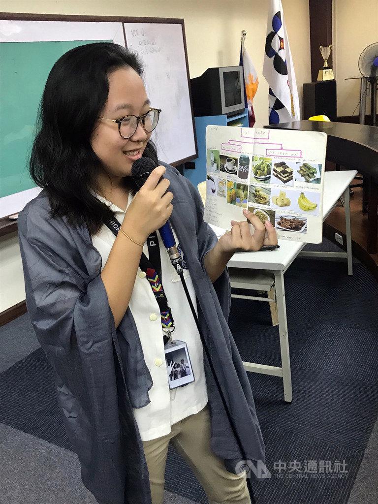 在馬尼拉經濟文化辦事處(MECO)補助下,「愛思國際教育」共同創辦人李韋憲前往菲律賓科技部國立科學中學(Philippine Science High School)教授中文,並讓菲國學生上台發表,希望提高他們對華語的興趣。(李韋憲提供)中央社記者陳妍君馬尼拉傳真 108年4月24日