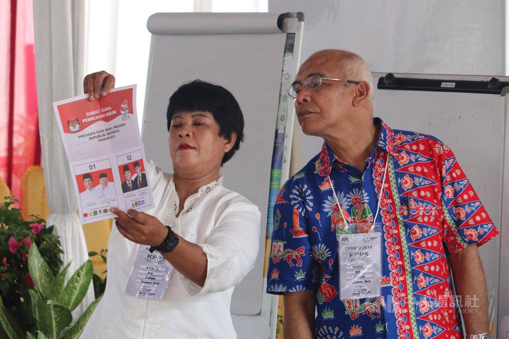 印尼17日舉行總統、國會等5項選舉,選務工作繁重,開票至今已經有超過130名選務及警察人員殉職,圖非當事人。中央社記者石秀娟雅加達攝 108年4月24日。
