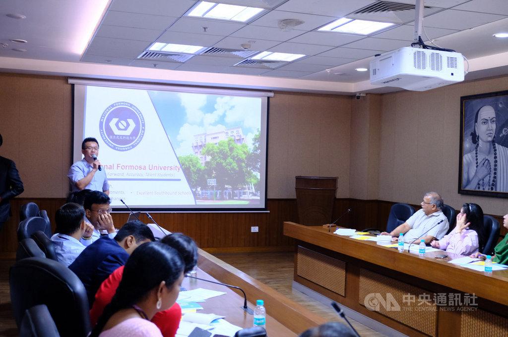 台灣3所大學代表24日在印台專題研討會上介紹智慧領域研發發展及招收印度等國際學生方案。圖為虎尾科技大學副國際長陳立緯介紹該校。中央社記者康世人新德里攝 108年4月24日