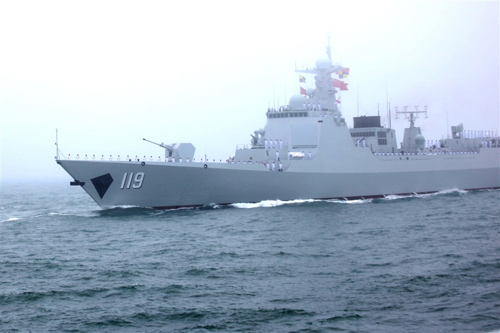 外媒報導指出,中國正以較美國海軍快一倍的速度生產軍艦,並已成功升級自身彈道飛彈潛艦能力。圖為中國軍艦貴陽艦參加中國海軍成立70週年海上閱兵活動。(中新社提供)