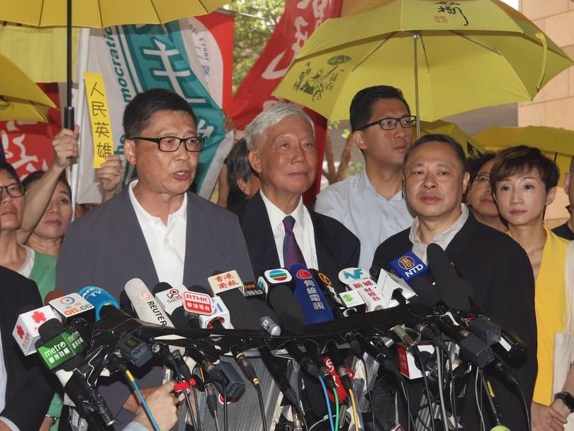 香港法院24日上午宣判占中案各名被告刑期前,9名被告包括「占中三子」陳健民、朱耀明和戴耀廷(圖前排左至右)進入法庭前向媒體發表簡單談話。中央社記者張謙香港攝 108年4月24日