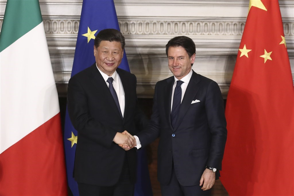 義大利與中國3月23日簽署一帶一路備忘錄,中國國家主席習近平(左)赴羅馬與義大利總理孔蒂(右)共同見證。(中新社提供)