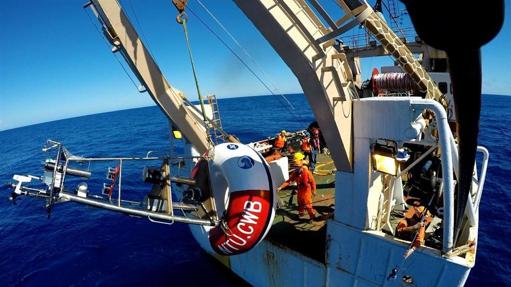 台灣大學海洋研究所團隊自建海氣象浮標,有助提升颱風預報準確率。圖為該團隊布放海氣象浮標情形。(圖取自facebook.com/iloventu)