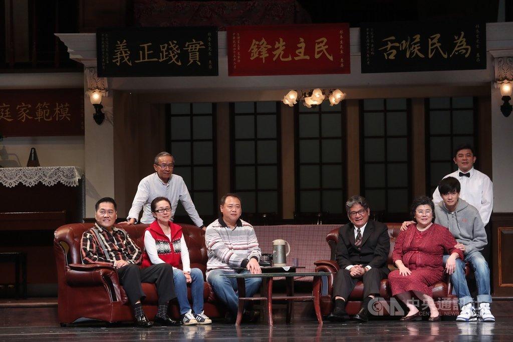 綠光劇團「人間條件二–她與她生命中的男人們」彩排記者會25日在國家戲劇院舉行,編導吳念真(後左)與演員群在台上合影。中央社記者吳家昇攝 108年4月25日