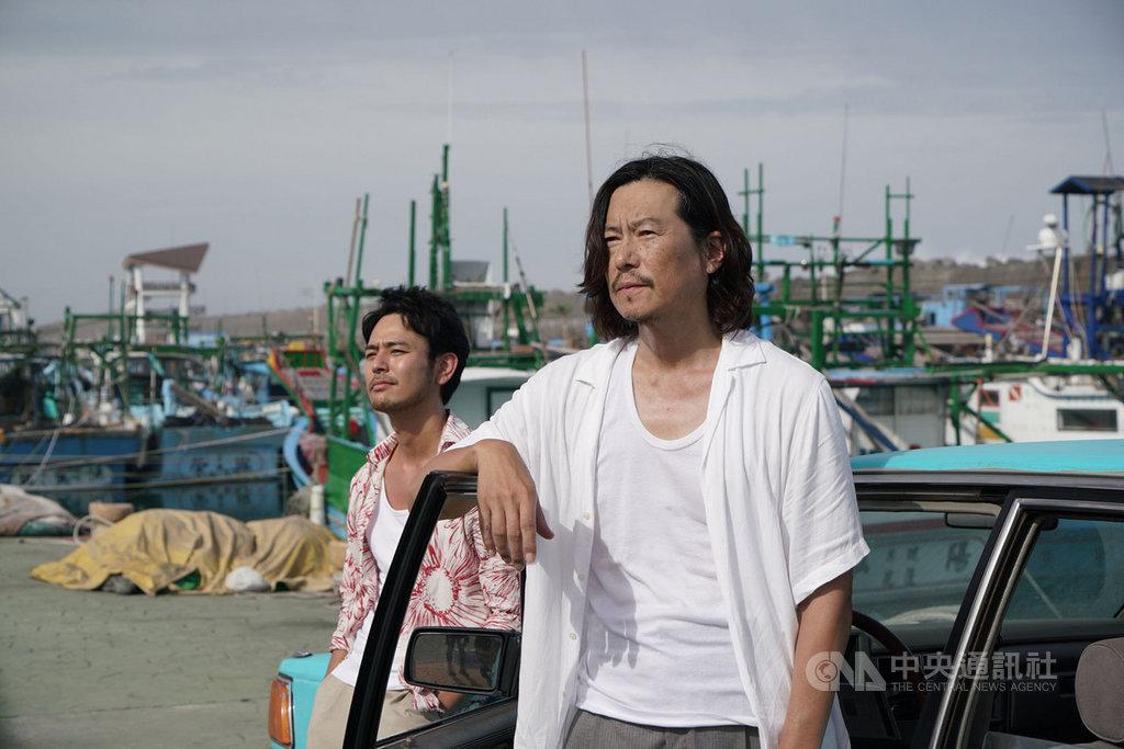 6月將在台灣上映的電影「亡命之徒」,由日本演員妻夫木聰(左)與豐川悅司(右)領銜主演,兩人將隨導演半野喜弘來台宣傳新片。(威視電影提供)中央社記者洪健倫傳真 108年4月25日
