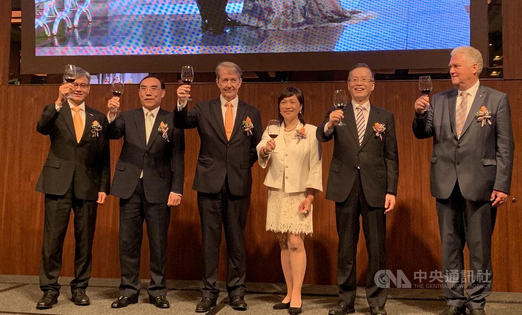 荷蘭貿易暨投資辦事處25日舉行晚宴慶祝荷蘭國王節,荷蘭駐台代表紀維德(左3)表示,荷蘭是台灣最大的外國直接投資者,約占所有外國直接投資的1/3。期待雙方友誼長存、歷久彌新。中央社記者顧荃攝 108年4月25日