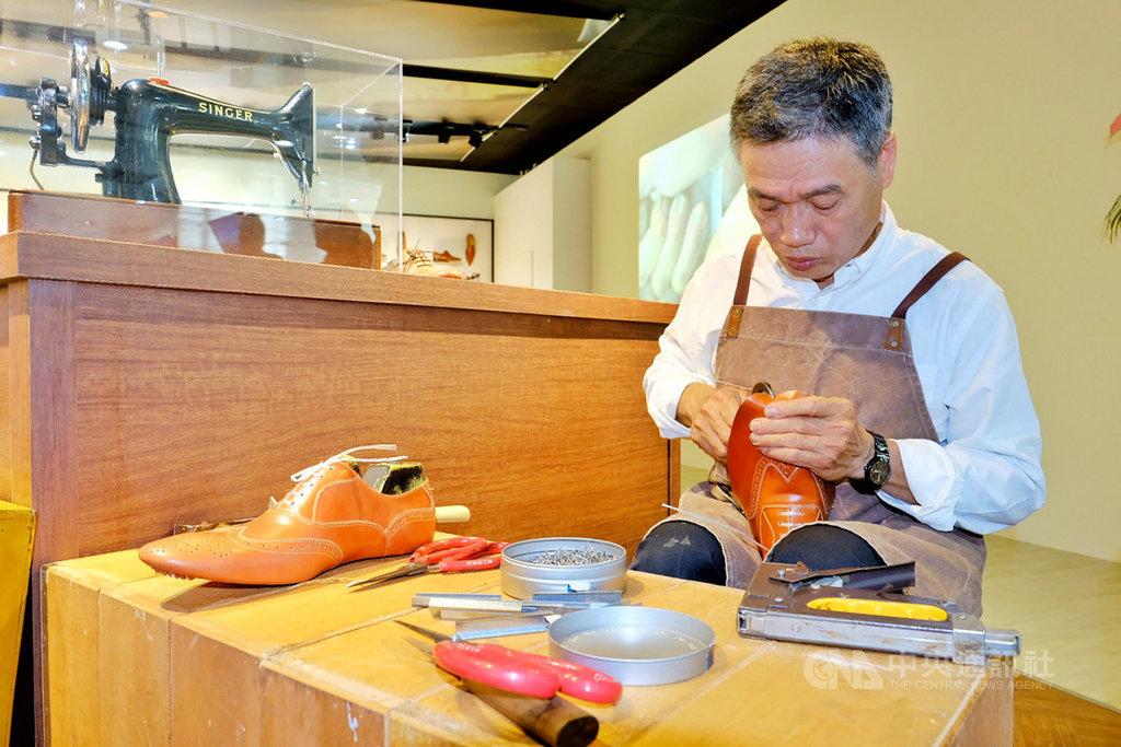「履程-台灣製鞋工藝特展」在桃園國際機場第二航廈3樓的報到櫃台旁展出,25日還邀請師傅現場示範手工製鞋,讓旅客了解一雙鞋子是如何誕生。中央社記者吳睿騏桃園機場攝 108年4月25日