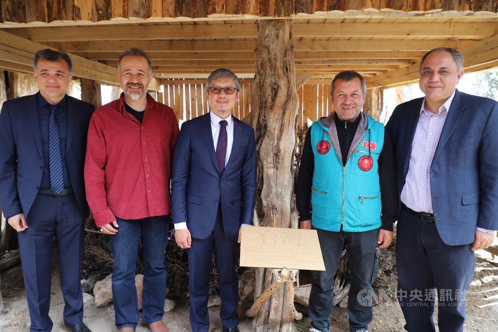 土耳其西南部布爾杜湖畔的里希尼亞自然生態保育園設置台灣主題館25日開幕,駐土耳其代表鄭泰祥(左3)出席儀式。中央社記者何宏儒布爾杜攝 108年4月25日