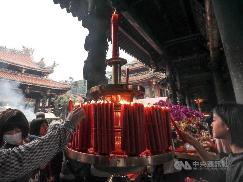 香火鼎盛的台北龍山寺宣布,為維護空氣品質及預防火災,5月1日起禁點蠟燭。(中央社檔案照片)
