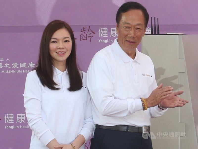 宣布參選總統的鴻海董事長郭台銘(右)25日對媒體坦言,妻子曾馨瑩(左)對他跳出來選不諒解,在他宣布參選的那一天已經離家出走了。(中央社檔案照片)