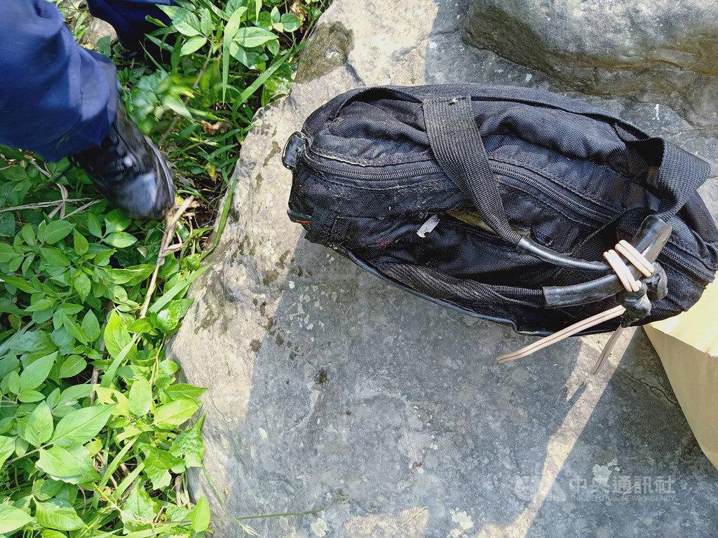台中市太平區仙女瀑布26日發現一名溺斃男子,腳上綁著裝有石頭的旅行袋,警方初判男子輕生的可能性居高,將調閱周邊路口監視器,盼儘速釐清死因。(珍惜生命,自殺不能解決問題,生命一定可以找到出路。若須諮商或相關協助可撥生命線專線「1995」或張老師服務專線「1980」。)(翻攝畫面)中央社記者趙麗妍傳真 108年4月26日