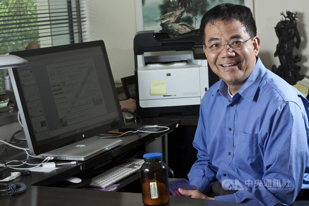 來自台灣的加州大學洛杉磯分校(UCLA)教授楊陽(圖)與率領的研究團隊25日在科學期刊「焦耳」(Joule)發表研究,咖啡因能有效提升鈣鈦礦太陽能電池的熱穩定性。(駐洛杉磯辦事處科技組提供)中央社記者林宏翰洛杉磯傳真 108年4月26日