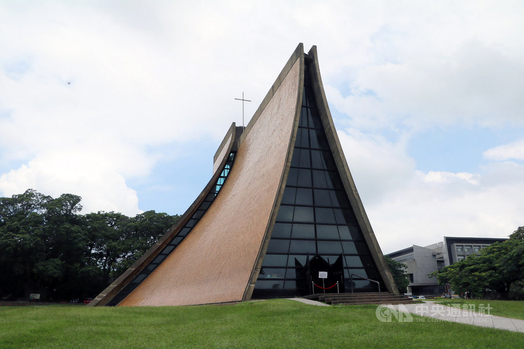 台中東海大學路思義教堂升格為國定古蹟,26日獲頒證書,這天也是教堂設計者之一的建築師貝聿銘102歲生日。中央社記者趙麗妍攝 108年4月26日