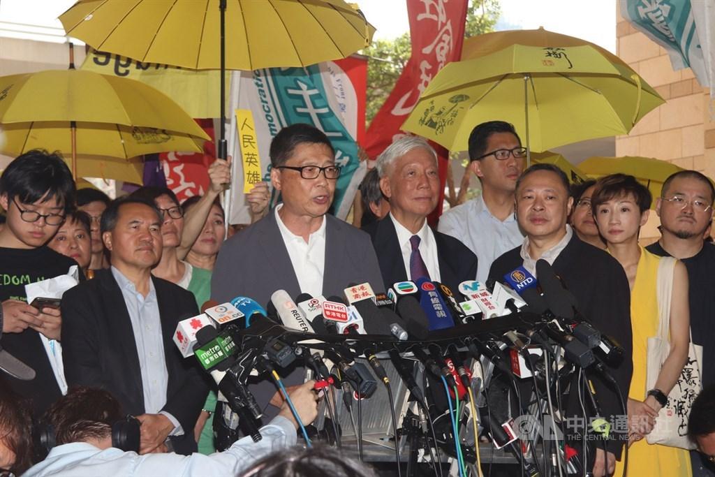 香港法院24日上午宣判占中案各名被告刑期前,9名被告包括「占中三子」進入法庭前向媒體發表簡單談話。中央社記者張謙香港攝 108年4月24日