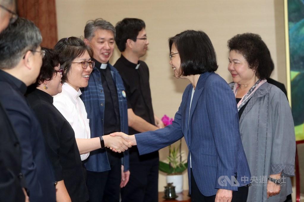 總統蔡英文(右2)26日下午由總統府秘書長陳菊(右)陪同,在總統府接見台灣基督長老教會牧師,一一與他們握手致意。中央社記者鄭傑文攝 108年4月26日