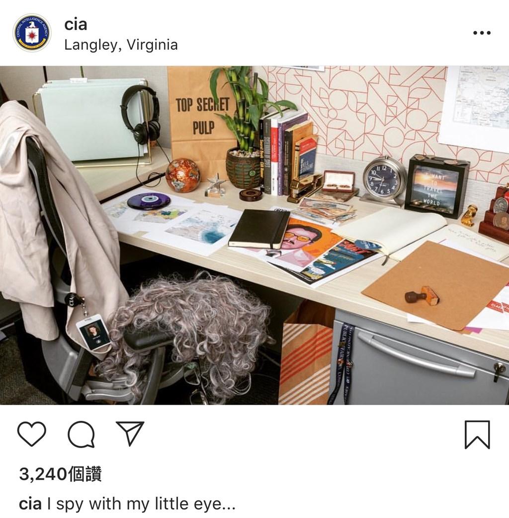 美國中情局25日在社群網站Instagram開設官方帳號,上傳首張照片是一張擺滿物品的書桌。(圖取自CIA Indtagram網頁instagram.com/cia)