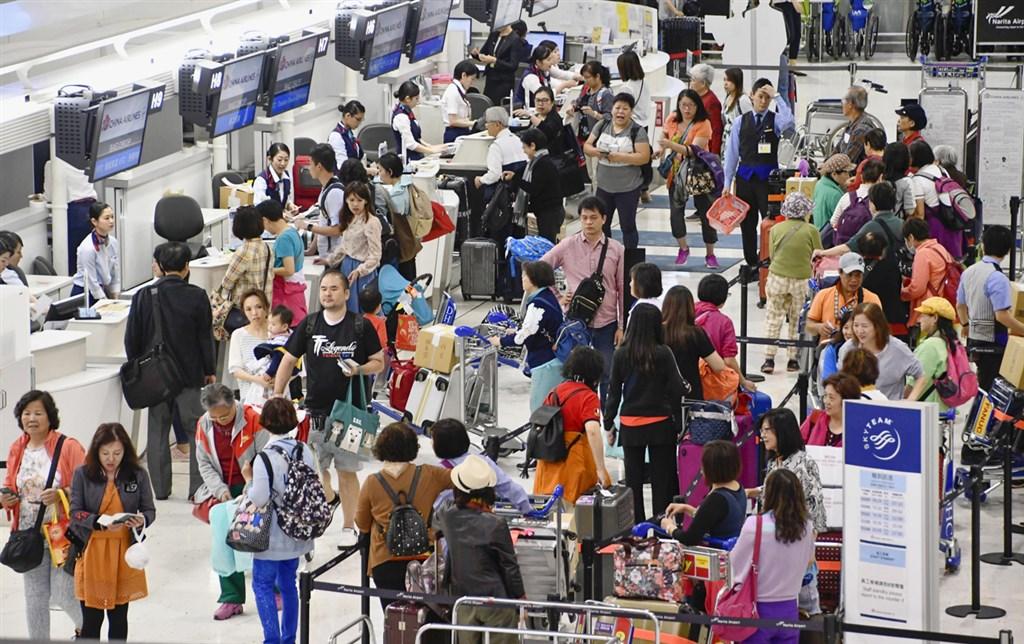 日本27日開始放「黃金週」10天長假,是約70年來最長一次連假,26日機場、銀行等地已現人潮。圖為2018年黃金週時東京成田機場排隊人潮。(檔案照片/共同社提供)