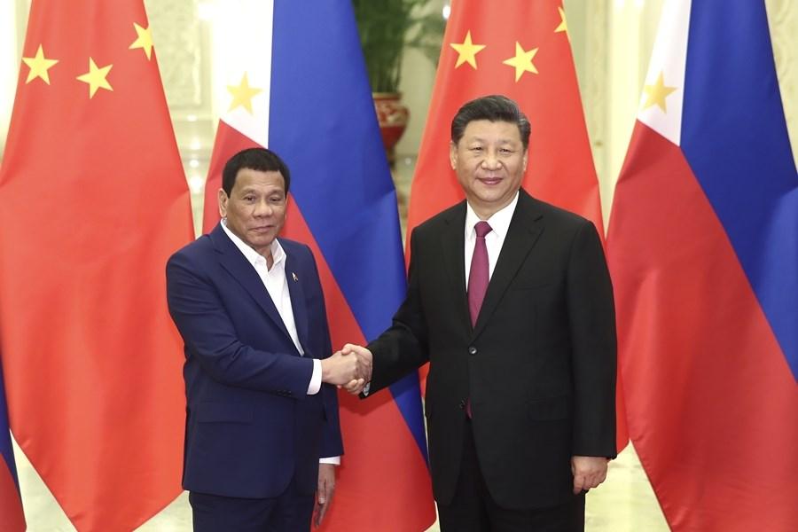 菲律賓總統杜特蒂(左)25日與中國國家主席習近平會談時,主動提起南海爭議。(中新社提供)