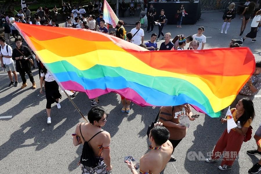 107年台灣同志大遊行從凱道集結出發,許多民眾拉起大型彩虹旗走在街頭,表達期待落實婚姻平權等訴求。(中央社檔案照片)