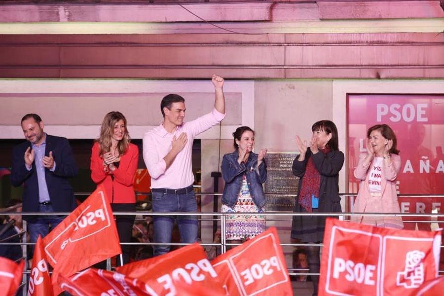 西班牙28日舉行國會選舉,總理桑傑士(左3)隸屬的社會勞工黨得票率雖領先,但未過半,仍須聯合其他黨派執政。(圖取自facebook.com/psoe)