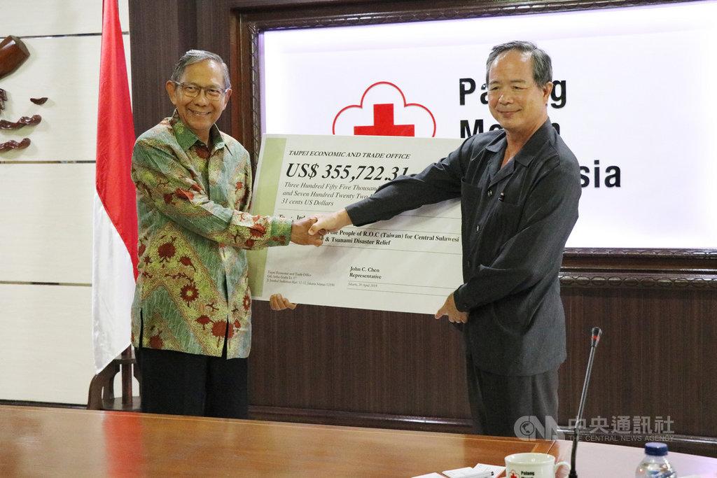 中華民國駐印尼代表陳忠(右)30日代表台灣人民將捐贈給印尼中蘇威西省地震災民的賑災款35萬5700美元轉給印尼紅十字會代理主席金南嘉(左)。中央社記者石秀娟雅加達攝 108年4月30日