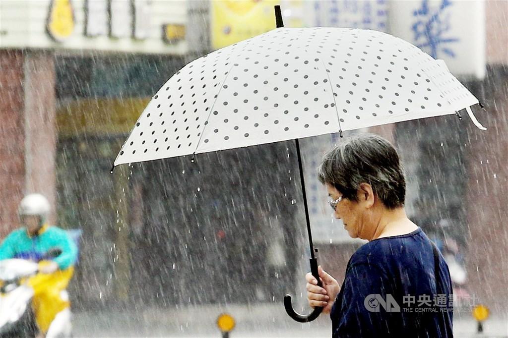 中央氣象局表示,今年春天平均氣溫明顯偏暖,且有集中降雨的趨勢。(中央社檔案照片)