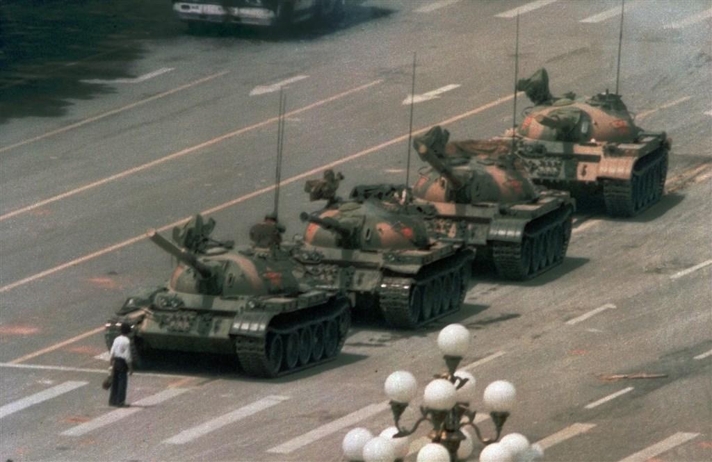 一名瘦弱青年獨自站在路中阻擋一排坦克車,日後被大眾稱為「坦克人」。(檔案照片/美聯社)