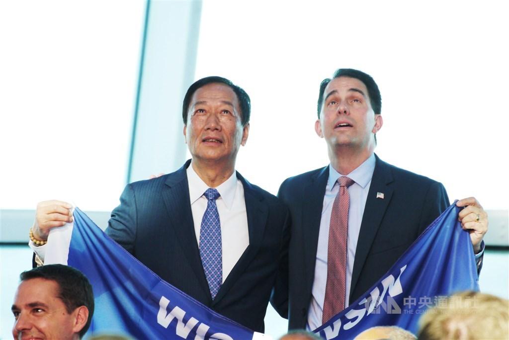 圖為2017年威斯康辛州舉辦歡迎鴻海集團投資儀式,左為鴻海董事長郭台銘。(中央社檔案照片)