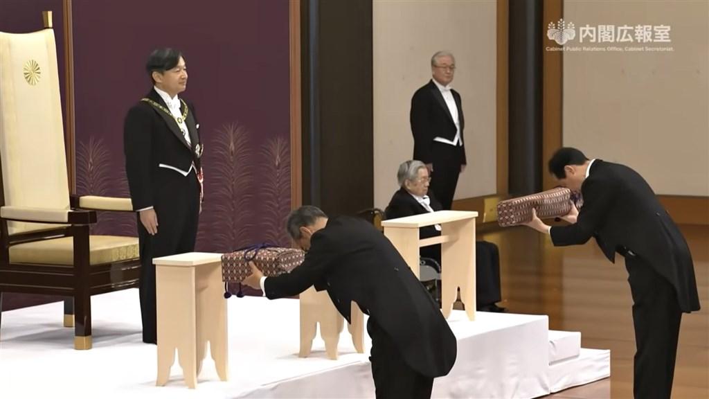 日本1日舉行新日皇「劍璽等承繼之儀」,過程中只有2位成年男性皇族在場觀禮,女性皇族無法參加。(圖取自日本首相官邸YouTube頻道youtube.com)