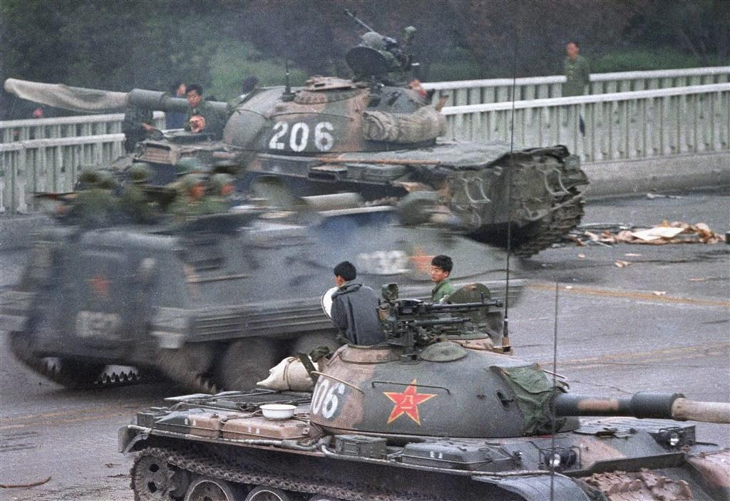 六四鎮壓發生後,在北京街道上的裝甲車與坦克車。(檔案照片/美聯社)