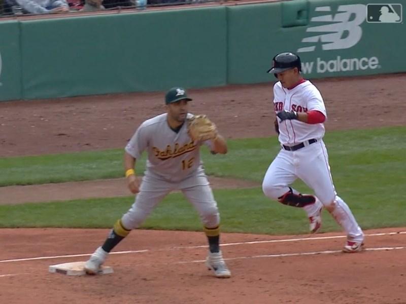 效力波士頓紅襪的台灣選手林子偉(右)1日在對奧克蘭運動家隊比賽中,6局下靠腳程跑出內野安打,進帳本季首分打點。(圖取自MLB網頁mlb.com)