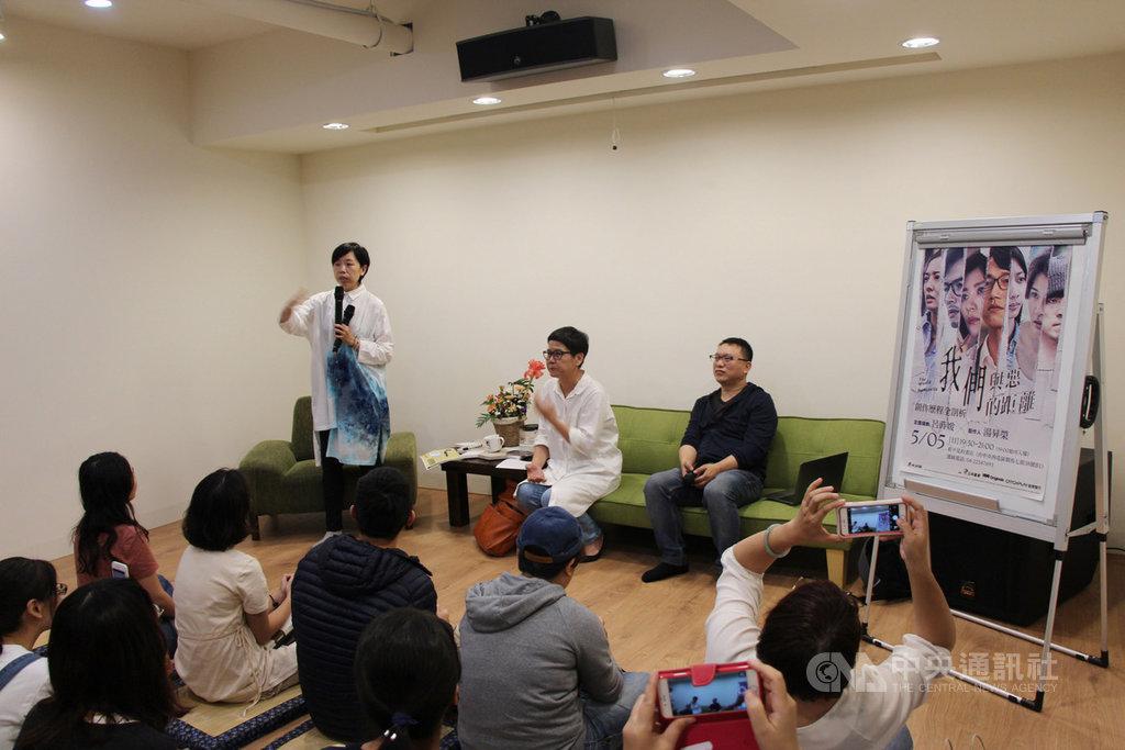 台劇「我們與惡的距離」製作單位5日到台中出席分享會,與觀眾面對面座談,吸引滿場粉絲。中央社記者蘇木春攝 108年5月5日