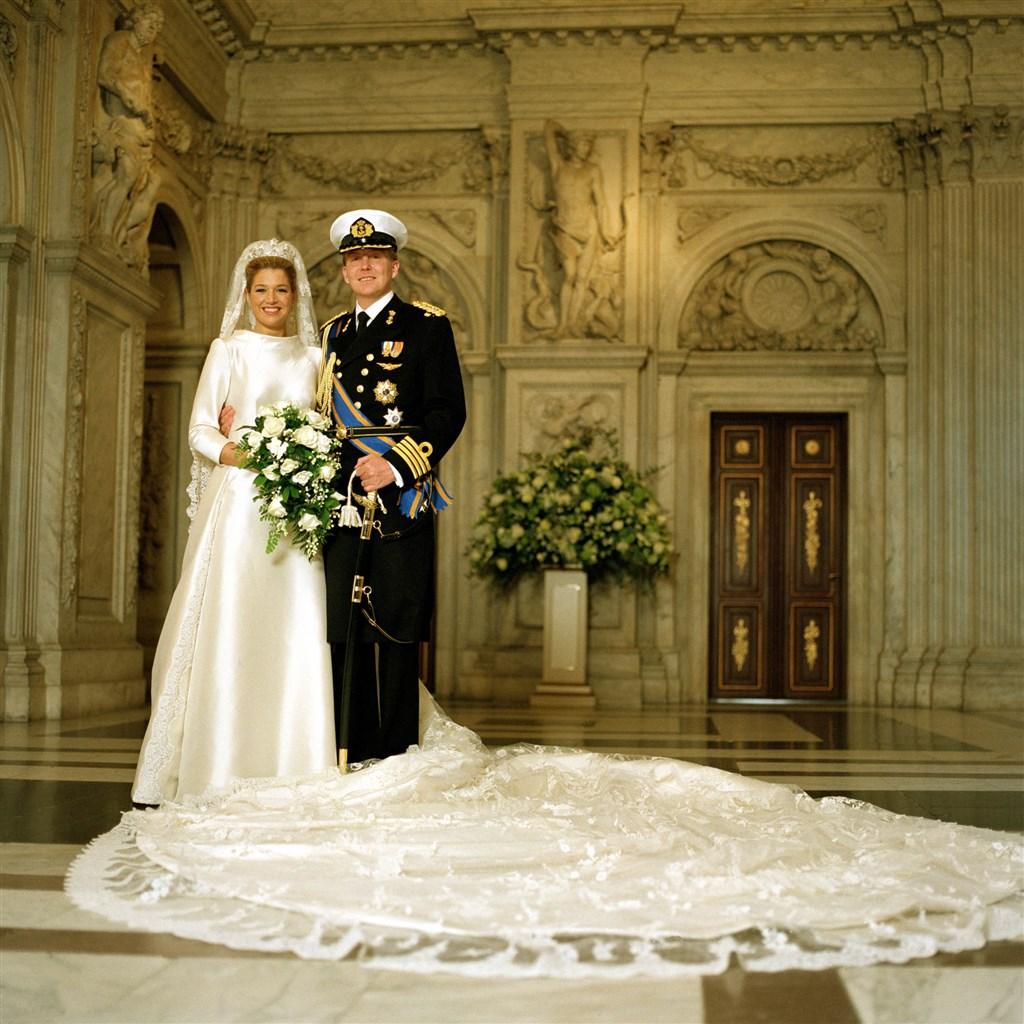 2002年,當時的荷蘭王儲亞歷山大(右)迎娶出生於阿根廷的投資銀行家麥克西瑪.佐里奎塔,兩人於2013年成為荷蘭國王與皇后。(圖取自荷蘭皇室網頁royal-house.nl)