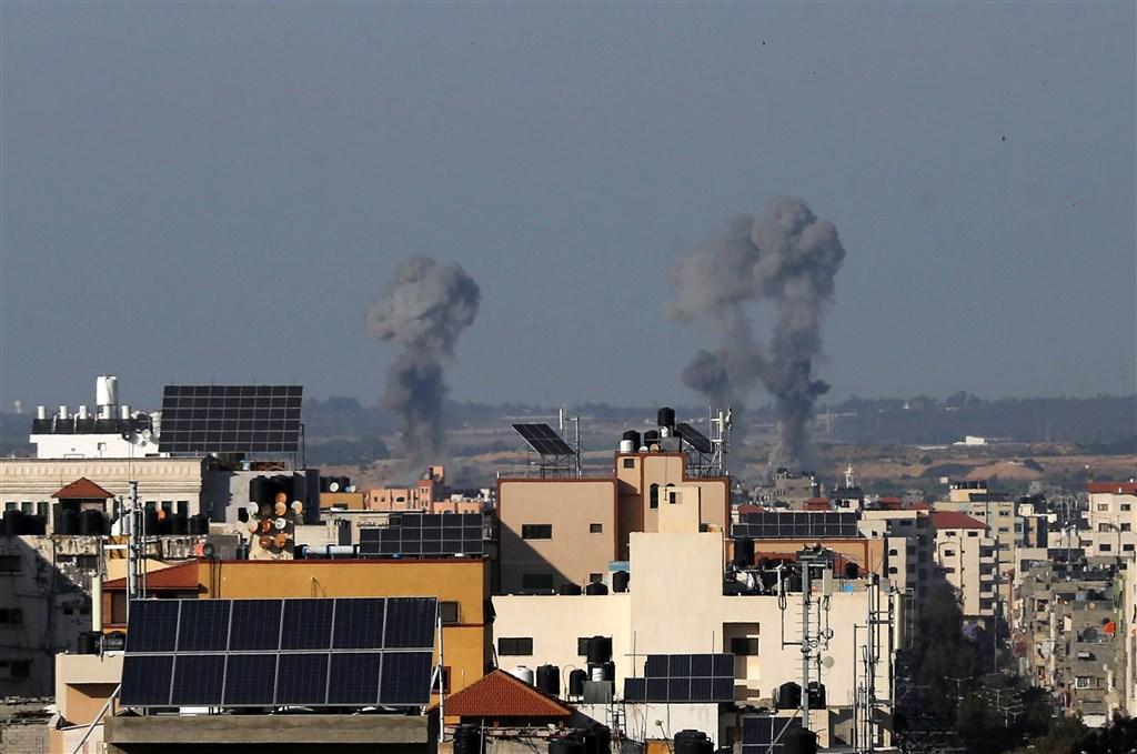 以巴衝突延燒,加薩激進團體4日一整天朝以色城鎮和村莊發射逾250支火箭,以色列則用坦克砲擊和空襲進行報復。圖為加薩走廊地區遭空襲狀況。(安納杜魯新聞社提供)