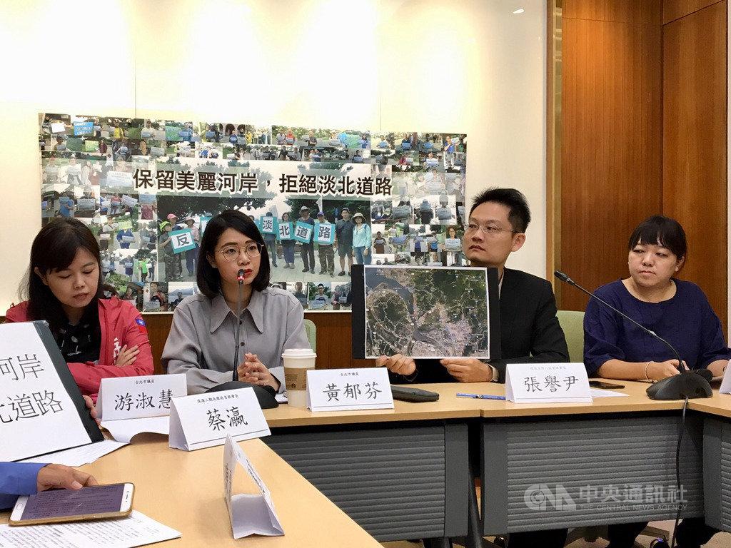 台北市議員黃郁芬(左2)7日表示,興建淡北道路未必能解決塞車問題,據最新環評報告顯示,完工後每天將增加3500運次進入台北市,只是移轉塞車點。中央社記者陳俊華攝 108年5月7日