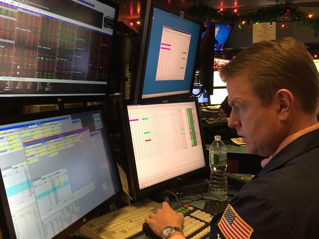 美股道瓊工業指數6日拉尾盤,終場下跌66點,3大指數跌幅都低於0.5%。圖為美國紐約證交所交易員。(中央社檔案照片)