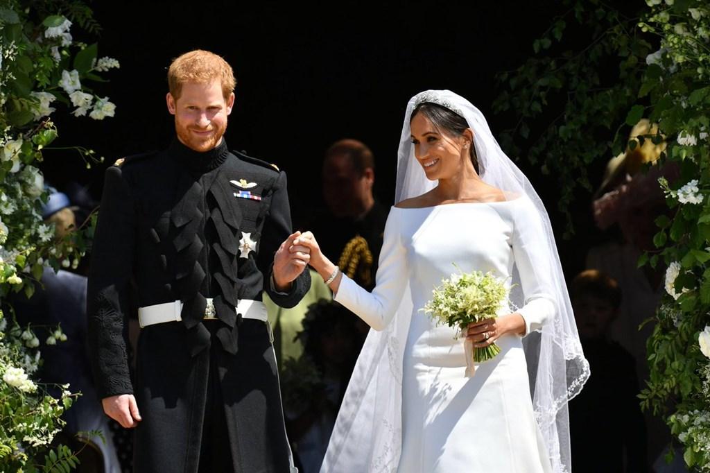 英國王室哈利王子(前左起)和梅根夫妻第一個孩子6日出生,打破王室新生兒在出生幾小時後會在大眾面前亮相的「傳統」。(圖取自英國王室網頁royal.uk)