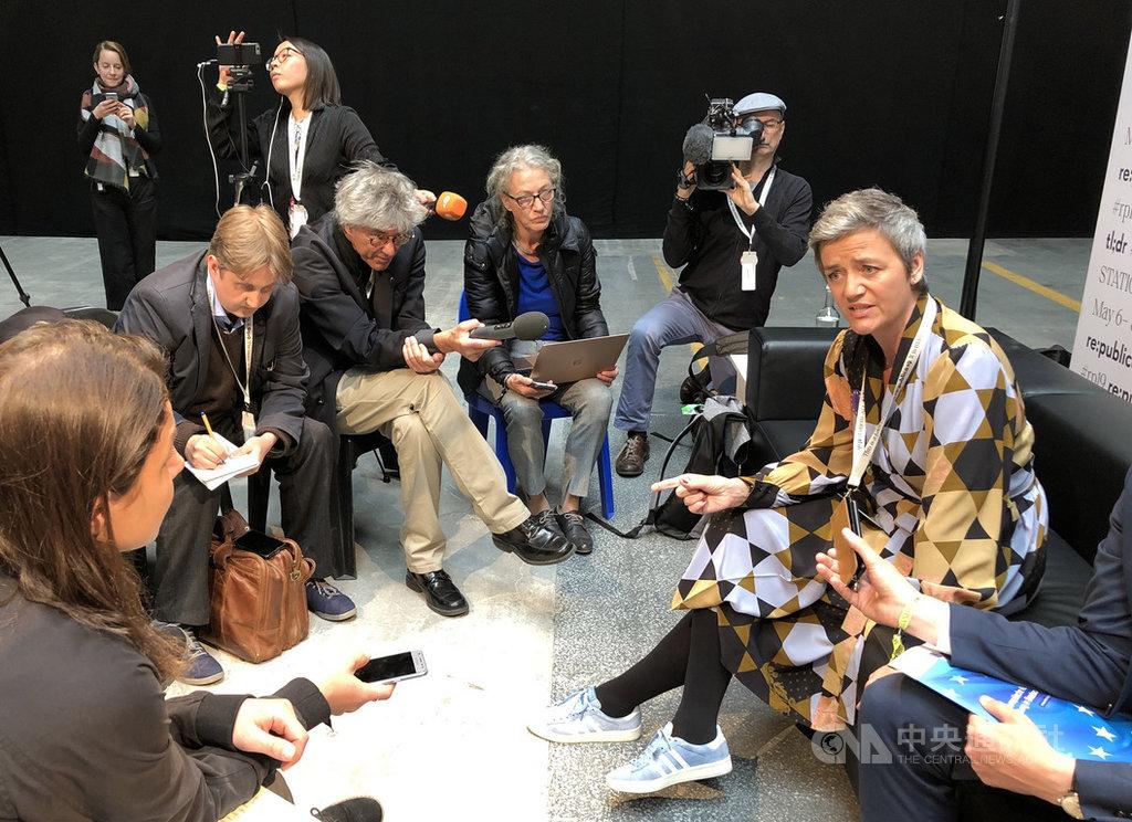 歐盟主管競爭的執行委員維斯塔哲(右)8日現身柏林re:publica數位會議。中央社記者林育立柏林攝 108年5月9日