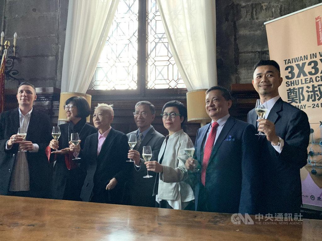 藝術家鄭淑麗(左3)代表台灣參加威斯雙年展,台北市副市長蔡炳坤(左4)、台北市立美術館長林平(左2)、文化部次長丁曉菁(右3)、駐義代表李新穎(右2)等出席。中央社記者黃雅詩威尼斯攝 108年5月10日