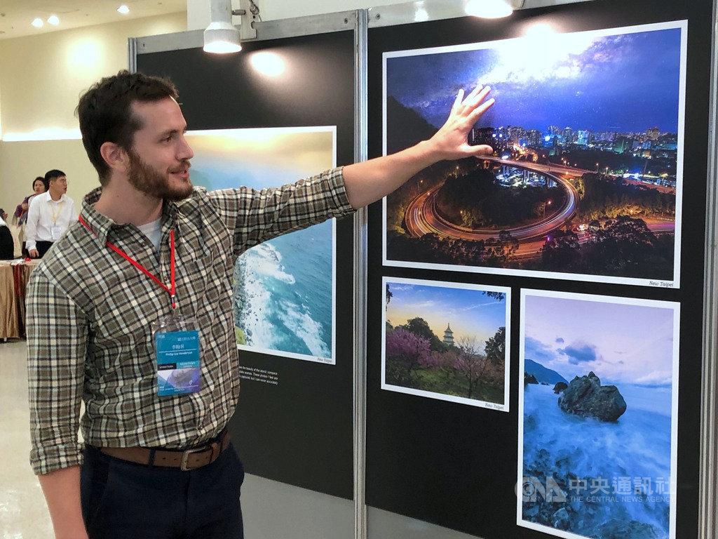 來自美國的李翰昇(Phillip Lee Henderson)探訪台灣秘境,曾爬山數小時為拍新店交流道圓環「新店之眼」(右上),作品獲2019 Fabulous Taiwan圖文攝影大賽第一名。中央社記者陳至中台北攝 108年5月10日