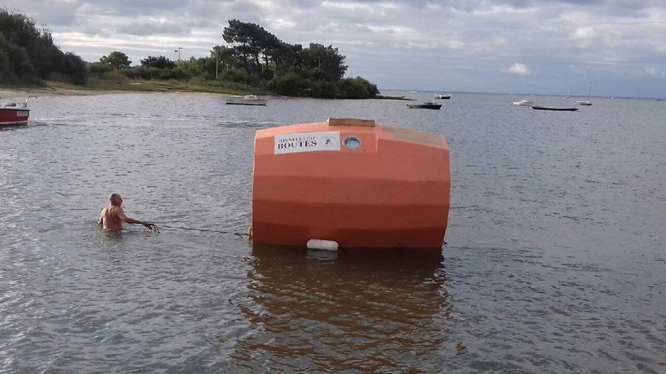 72歲法籍老翁薩文9日順利完成為期4個月、乘坐特製木桶橫越大西洋旅程。(圖取自薩文個人臉書facebook.com)