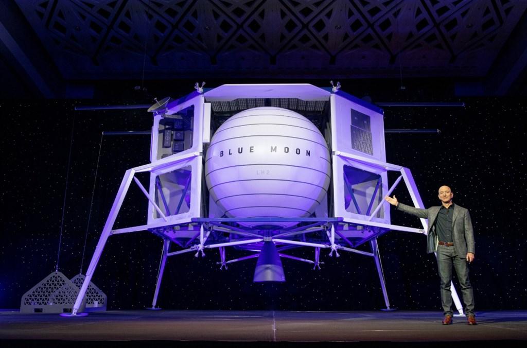 藍源公司創辦人貝佐斯公開登月太空船模型,稱將協助NASA達成2024年前登陸月球的計劃。(圖取自twitter.com/blueorigin)